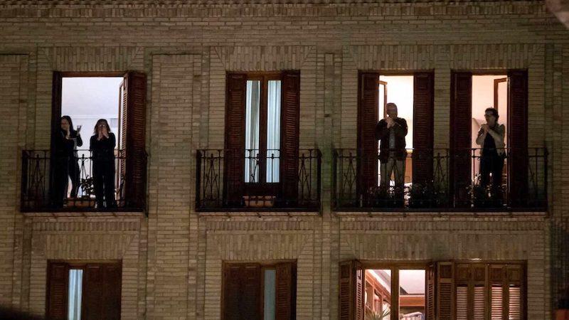 Aplausos desde los balcones a los sanitarios del Covid-19