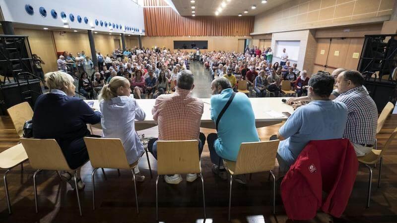 Asamblea en la que se prepara el enfrentamiento para cuestionar al líder - Carmen Heras