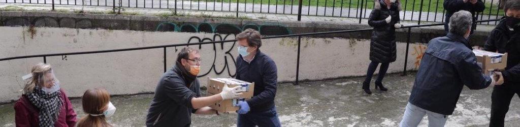 Martinez Almeida ayuda en una cadena en el Banco de Alimentos de Madrid