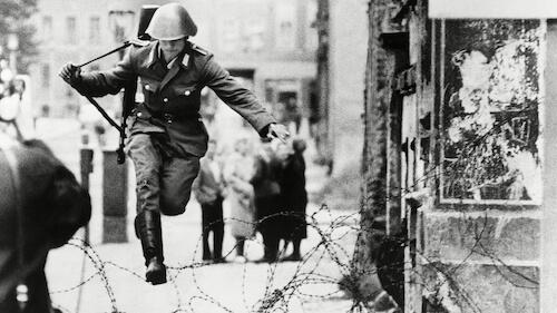 Huyendo de una falsa democracia, Emilio Borrega
