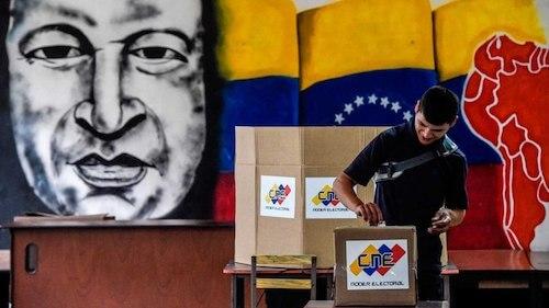 Votando bajo la mirada del dictador